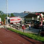 Anbau Wohnhaus Rütistrasse - Betonieren mit Mischer und LKW Kran