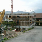 Abbruch Buochserstrasse 48 - Um das Abbruchholz möglichst wenig zu durchnässen wurde der Baukörper mit Blachen abgedeckt