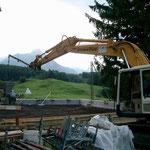 Anbau Atelier Skalsky Seelisberg - Betonieren der Decke mit Bagger als Kran.