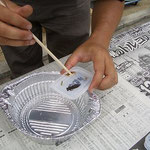 固めた樹脂の上に生物を置き、更に樹脂をかけて固定する