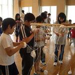 10mにカット出来たら、棒に通して、長い部分を丸めるとあとで結びやすくなります