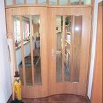 Zweiflüglige Haustür im Wohnraum