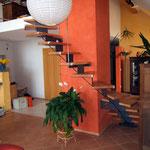 Holztreppe im offen Wohnzimmer