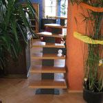 Holztreppe im offen Wohnzimmer von hinten