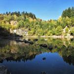 Der See im Abbautrichter  des Steinbruchs