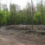 (4) Hinter einem neu aufgeschütteten Damm...