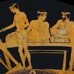 Scène de banquet. Un esclave debout sert ses maîtres. Vase réalisé au IVe siècle avant J.C.