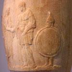 Jeune esclave à droite portant le bouclier et le casque de son maître. Vase funéraire réalisé vers 320 avant JC