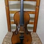 Violín de los años 40. En su interior lleva una etiqueta Stradivarius. Una imitación de los famosos violines que fue muy popular en la huerta de Murcia durante la segunda mitad del siglo XX, siendo este el violín de la Cuadrilla de Cabezo de la Plata.
