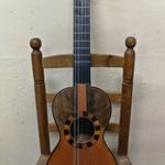 Guitarro Tenor, reproducción de uno de 1863 del constructor murciano José Calvo Alcañiz, sucesor de José Alcañiz, el famoso guitarrero de la Huerta de Murcia que durante años surtió de instrumentos a todas las cuadrillas de la zona.