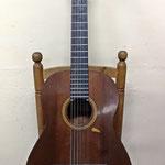 Guitarra del constructor Ricardo Sanchís Carpio, la tercera generación de la familia Sanchís, y que está fechada en el año 1975.