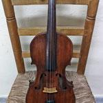 Violín popular, construido por algún artesano de la Huerta de Murcia a principios del siglo XX. Perteneció a diferentes músicos de la Huerta como el Lechón, Paco de la Canal, el Ardilla o Mariano del Secano. Puente artesanal original.