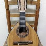 Bandurria construida por Ricardo Sanchís Nácher, el primer guitarrero y fundador de la familia Sanchís. Está fechada entre 1940-1950 y como podemos ver, aunque se le adaptó un clavijero mecánico, conserva todo el encanto original.