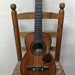Guitarra tenor construida entre 1927-1932 por el constructor Telesforo Julve. Se encuentra totalmente en su estado original y no ha sido restaurada. Con este instrumento completamos la familia de la guitarra.