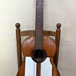 Guitarra de constructor desconocido y que podríamos fechar en la década de 1950.