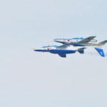 一機は背面、パイロット同士顔を見合わせている