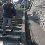公園から京浜急行逸見へ下る長い階段