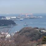 振り返ると横須賀港隣の長浦湾が一望。正面は住友重機のクレーン。手前の船は自動車を運ぶ大型専用船。