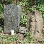 途中の道祖神と道標