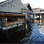 洪水でもお店は開く
