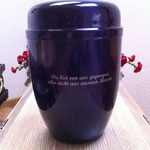 Stahlurne im Metallic-Look in lila