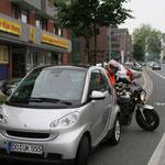 Schwieriges Anfahren durch ungünstig parkende Fahrzeuge. Mit schleifender Kupplung anfahren!