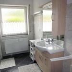 Helles Badezimmer mit Dusche und WC