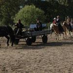 Ein kleines Cowboy-Theaterstück zu Pferde