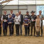 Die Teilnehmer des Reiterpasses und des Steckenpferdes mit Richtern und Helfern - alle haben bestanden!