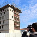 """Matthieu (un futur habitant) filmant son futur appartement, Habitat participatif """"Aux 4 vents"""", Cartoucherie, Toulouse"""