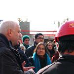 L'architecte Alain Grima et le chef de chantier qui parlent aux futurs habitants
