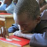 Dieser Junge hat die Übung bereits fertig und spielt gelangweilt mit seinem Stift...