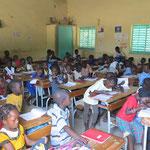 Am Freitag habe ich eine zweite Klasse besucht - wiederum über siebzig Mädchen und Jungen.