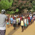 Stillgestanden die Truppe, welche übrigens wie alle Klassen in dieser Schule aus mehr Mädchen als Jungen besteht!