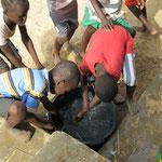 """Nach dem """"exerzieren"""" draussen waschen sich die Kinder die Hände."""