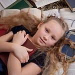 Bücherliebe, Wunderland, Fantasyshooting, inszenierte Fotografie, Kinderfoto, verkleiden, Fasching, Kostüm, Fantasy, Märchen