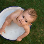 babyfoto, babyfotoshooting, badewanne, sitter-session, gartenportait, meilensteine, meilensteinshooting, erstes-jahr, baby, familienfotograf, fotograf-freising