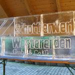 Logo Schotterwerk eingefräst in acht Eisblöcke 80 cm hoch 200 cm breit