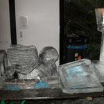 Eisskulptur: Liegender Engel mit Buch und Laterne