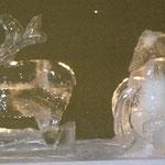 Eisskulptur : Weihnachtsmann im Schlitten mit Rentier und Sack