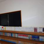 玄関向かって右側には、塾長が個人で所有している文庫、新書などの本が並んでいます。自由に使用することができます。