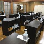 感染症対策のため、全ての机に手指消毒液を設置しています。