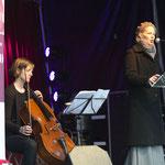 Ursina Greuel  jetzt mit Mantel stellt aktuelle Fragen.    Foto R. Flury