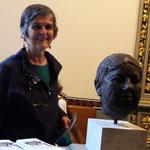 Beatrice Alder, ehemalige Grossrätin BS, vor der Büste von Dr. Gertrud Spiess