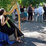 Schon ertönen die ersten Harfenklänge, gespielt von Aite Ursa Tinga