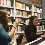 """Zum Abschluss musizieren Anna und Alessandra und singen den Song """"Independent Women""""."""