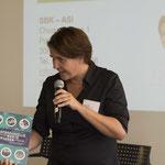 Yvonne Ribi gratuliert frbb zum 100 Jahre Jubiläum und überreicht Marianne Herrera ein Buch über 100 Jahre SBK