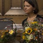 Blumen werden auch an die Mitwirkenden verteilt von Irène Renz...