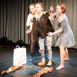 Die drei Schauspielerinnen: Meerjungfrau, Wölfin, Puppe      Foto R. Flury
