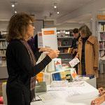 Valérie Bolliger beim Bücherverkauf